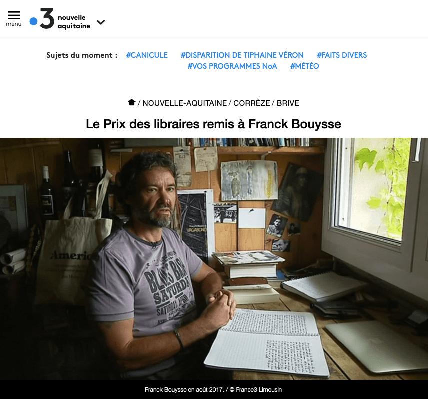 portrait de Franck Bouysse devant sa table de travail