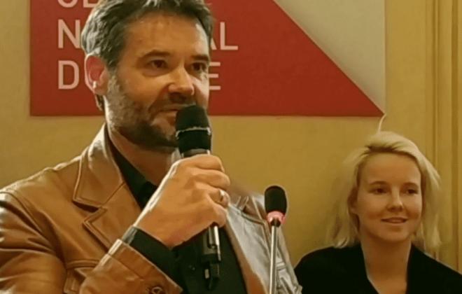 Franck bouysse au micro lors de la remise de son prix